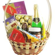 Gift basket with chocolates and champagne - flowers and bouquets on 7roz.lviv.ua